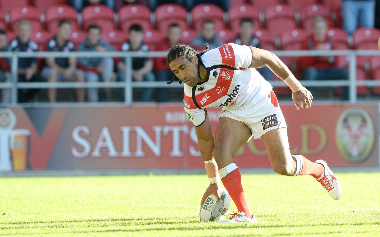 Sia Soliola scores a try for St Helens